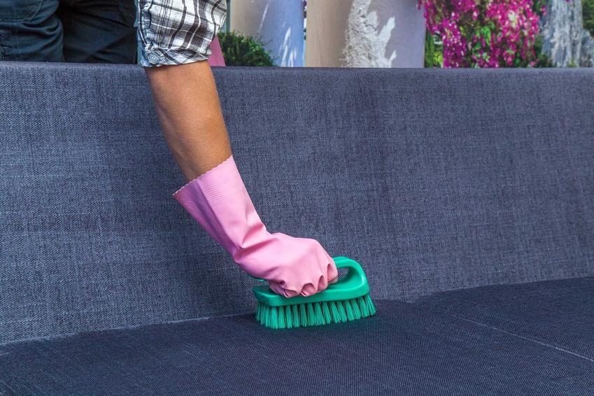 Pranie wykładzin można przeprowadzić tymi samymi środkami, co pranie tapicerki. Można łatwo zrobić to samemu, krok po kroku od namaczania aż do prania specjalną szczotką