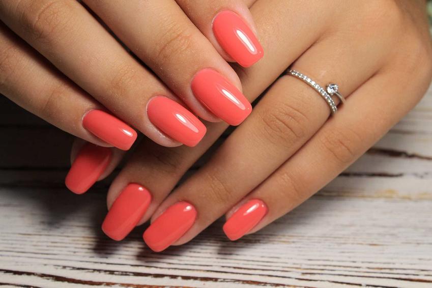 Długie paznokcie pomalowane na pomarańczowy kolor, a także najlepsze sposoby na długie i naturalne paznokcie krok po kroku
