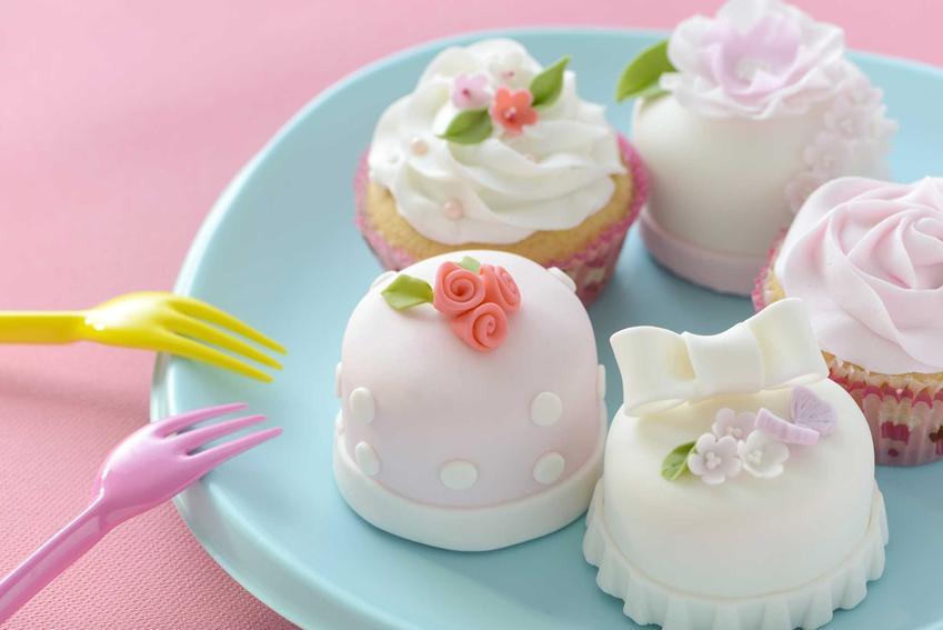 Muffinki ozdobione kwiatami z pasty cukrowej, a także informacje, jak zrobić pastę cukrową do dekoracji tortów i ciast