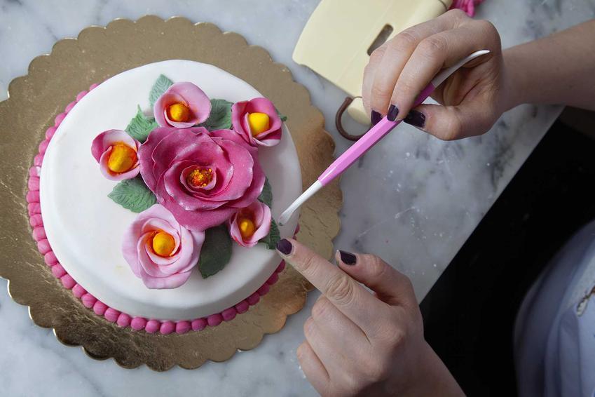 Pasta cukrowa do dekoracji tortów ułożona w formę kwiatuszków, a także informacje, jak zrobić pastę cukrową i przepisy