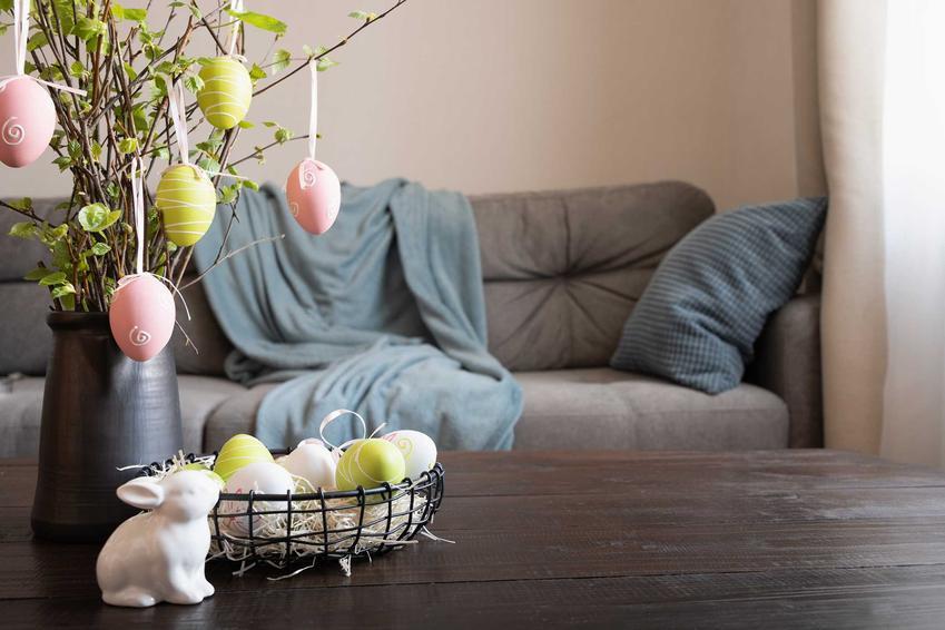 Nowoczesny stroik wielkanoncy na stole z pędów brzozy, a także inne pomysły na nowoczesne stroiki wielkanocne