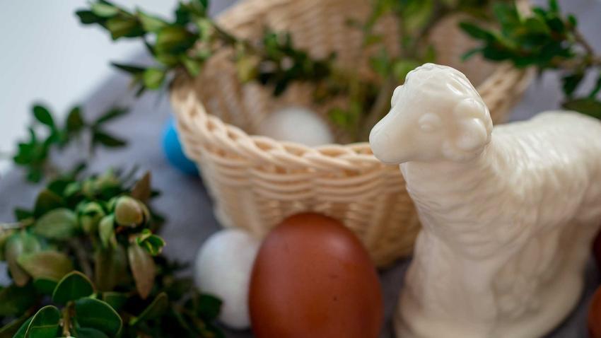 Baranek z masła, jajka, pisanki i koszyczek wielkanocny, a także informacje, co wkładamy do koszyczka wielkanocnego
