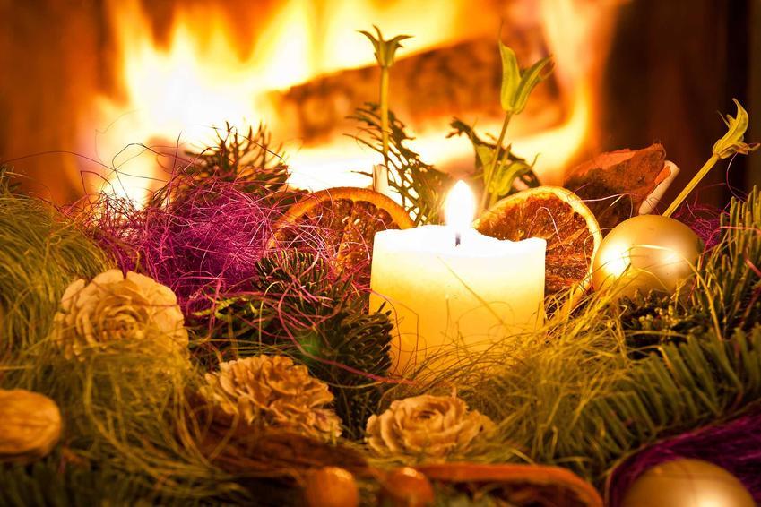 Świece na talerzu w stroiku na Boże Narodzenie, a także najpiękniejsze stroiki świąteczne i kompozycje