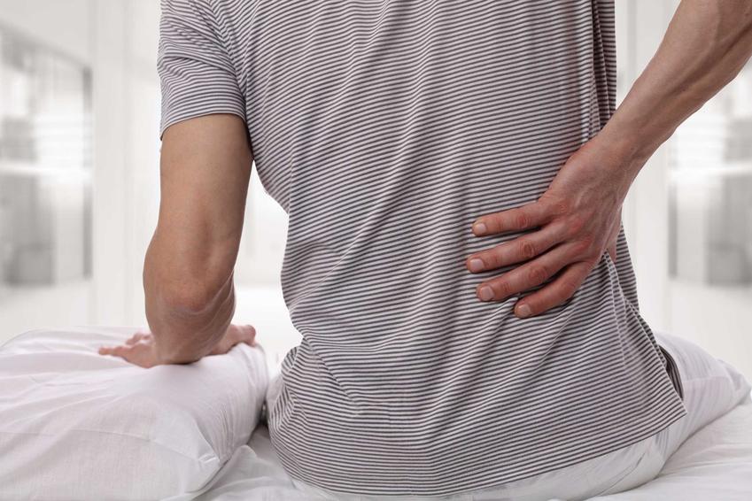 Mężczyzna wstający rano z łóżka z bólem nerek, czyli w którym miejscu bolą nerki krok po kroku, przyczyny, rodzaje bólu i choroby