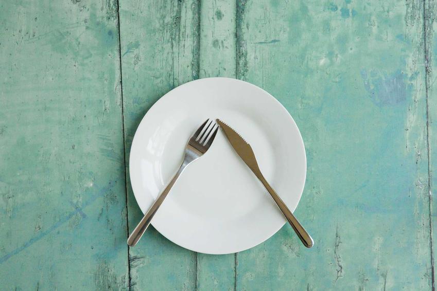 Sztućce po posiłku odłożone na talerzu, a także informacje, jak odkładać sztućce po posiłku - najważniejsze zasady savoir-vivre
