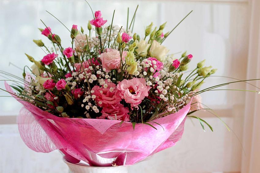 Różowy, obfity bukiet ślubny, a także TOP 5 najpiękniejszych wiązanek i bukietów ślubnych, kwiaty, rodzaje i modele
