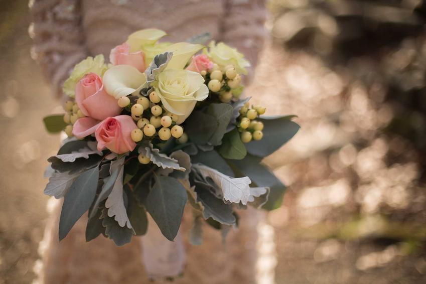 Bukiet ślubny z róż i gipsówki, a także innne piękne wiązanki ślubne - TOP 5 bukietów ślubnych