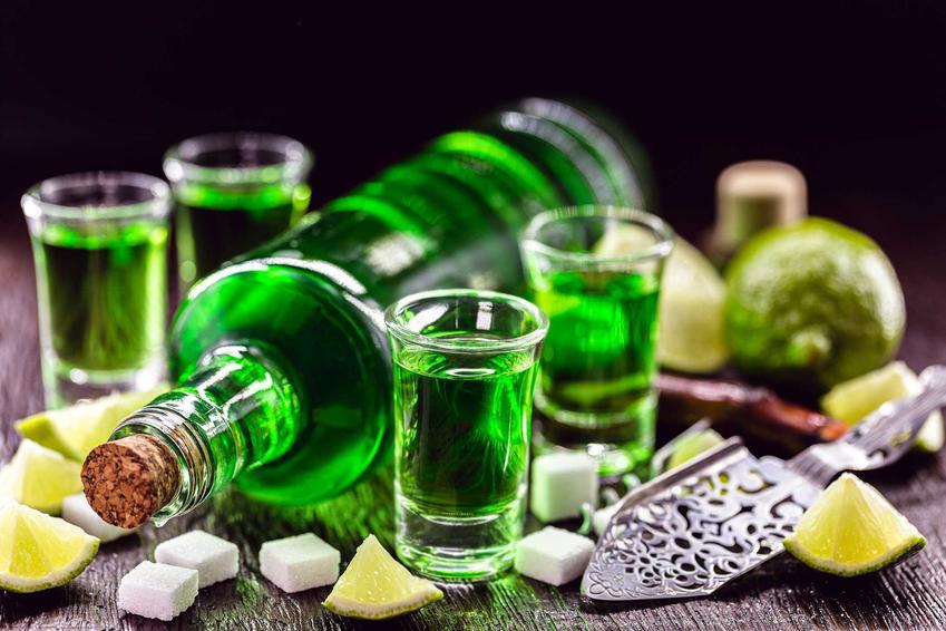 Absynt w butelce i rozlany do kieliszków, a także jak pić absynt - podawanie absyntu krok po kroku
