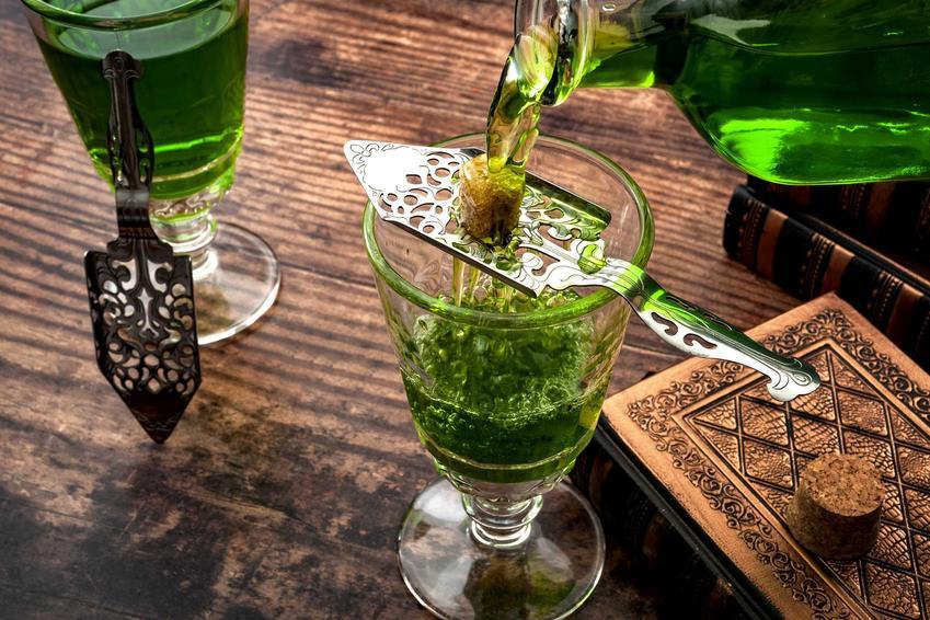 Przygotowywanie drinka z absyntu i cukru, a także informacje, jak pić absynt, najlepsze sposoby i przepisy