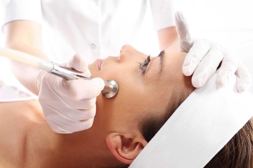 Wykonywanie mikrodermabrazji w gabinecie u kosmetyczki, a także jak często wykonywać mikrodermabrazję oraz efekty zabiegu