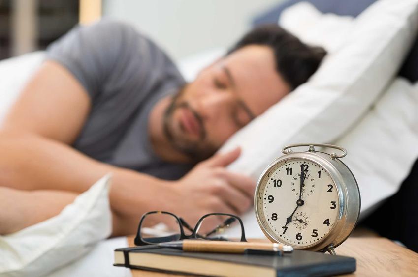 Mężczyzna śpiący na boku, a także najlepsze i najzdrowsze pozycje do spania, czyli jak zdrowo spać