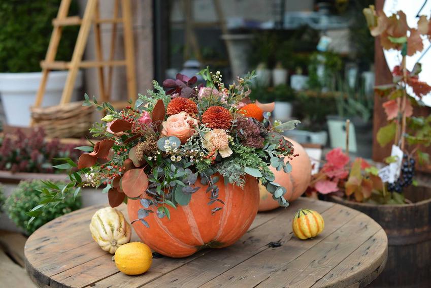 Jesienny bukiet w dyni na stoliku, a także najciekawsze i najpiękniejsze stroiki jesienne