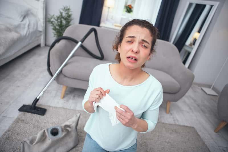 Kobieta cierpiąca na alergię, a także aleria na roztocza kurzu domowego, leczenie, przebieg, objawy, jak zapobiegać