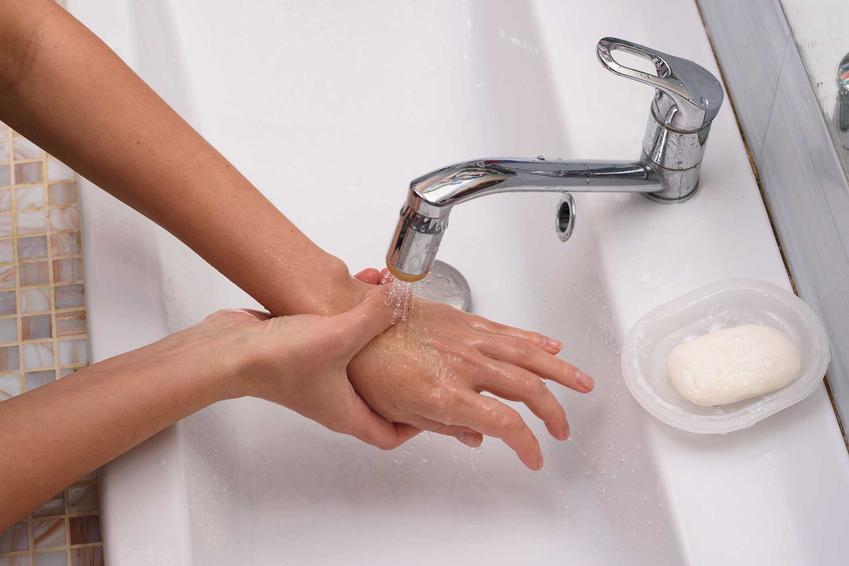 Chłodzenie dłoni oparzonej wrzątkiem w zimnej wodzie, a także co robić po oparzeniu wrzątkiem - pierwasza pomoc