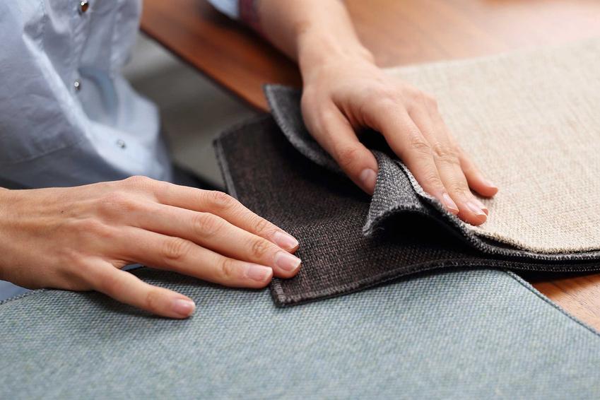 Kobieta oceniająca materiał do obicia sofy, a także przegląd materiałów i tkanin obiciowych, rodzaje, sploty i modne kolory