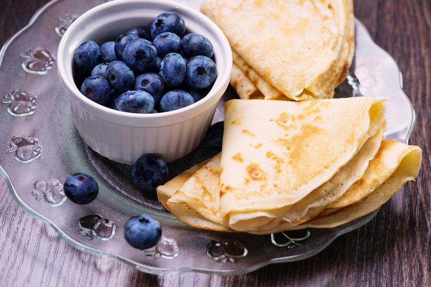 Naleśniki z mąki pszennej z borówkami, a także informacje, jaka mąka do naleśników jest najlepsza, przepisy i porady