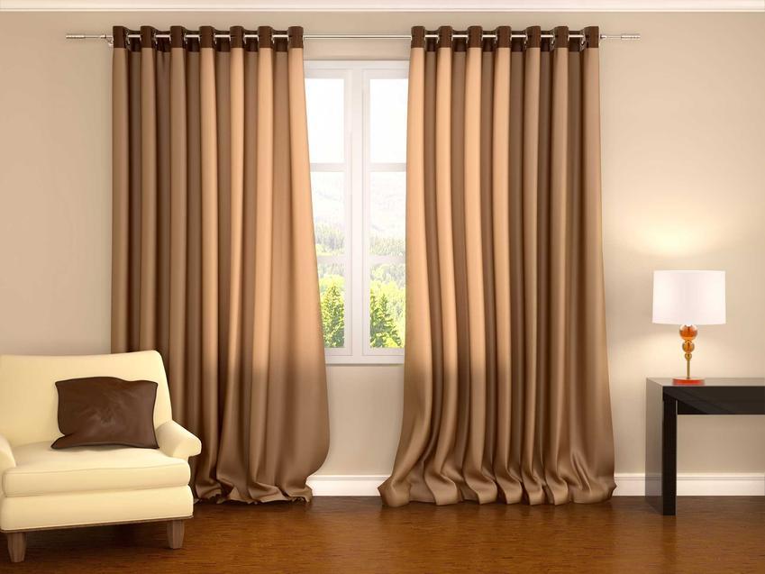 Zasłony o brązowym kolorze w salonie, a także najlepszy materiał na zasłony, rodzaje oraz ceny tkanin