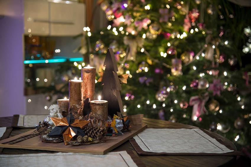 Pięknie ubrana choinka przystrojona światełkami, a także tradycje wigilijne w Polsce, znane we wszystkich regionach kraju