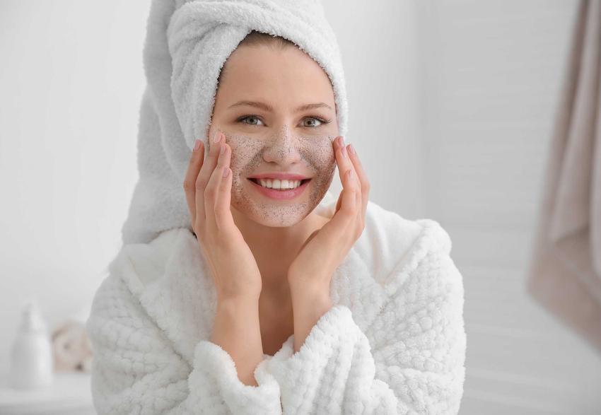 Nakładanie domowego peelingu na twarz, a także przepisy na naturalny, domowy peeling krok po kroku