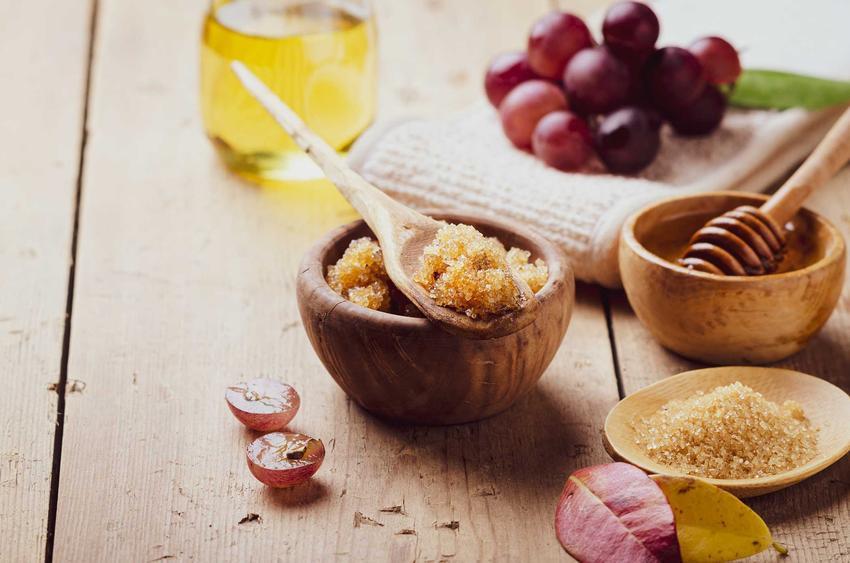 Cukier, miód i inne składniki potrzebne do zrobienia naturalnego domowego peelingu cukrowego do ciała oraz inne przepisy krok po kroku