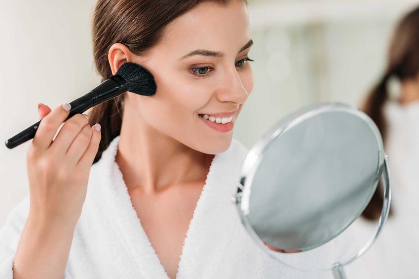 Intensywne konturowanie policzków brązerem, a także najczęstsze i największe błędy w makijażu Polek