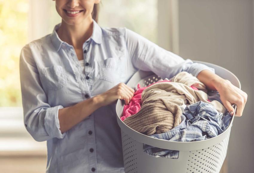 Kobieta robiąca pranie, w także błędy, które najczęściej popełniamy w praniu ubrań w pralce