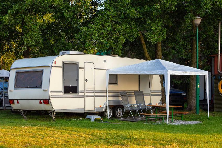 Zaparkowany na wakacjach kamper, a także informacje, jak spakować się na wakacje na kempingu