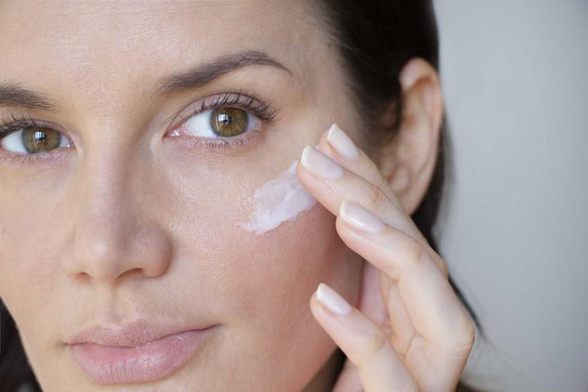 Ciemne plamy na twarzy i ich przyczyny oraz leczenie i najważniejsze informacje o przebarwieniach na twarzy