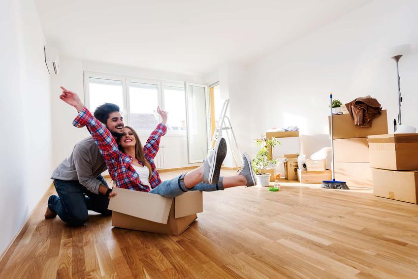 Para w nowym mieszkaniu, para jest szczęśliwa w nowym mieszkaniu, jaki prezent do domu kupić parze lub małżeństwu