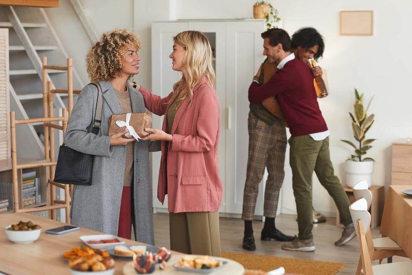 Pary witają się ze sobą, goście w odwiedzinach, jakie prezenty są odpowiednie na parapetówkę