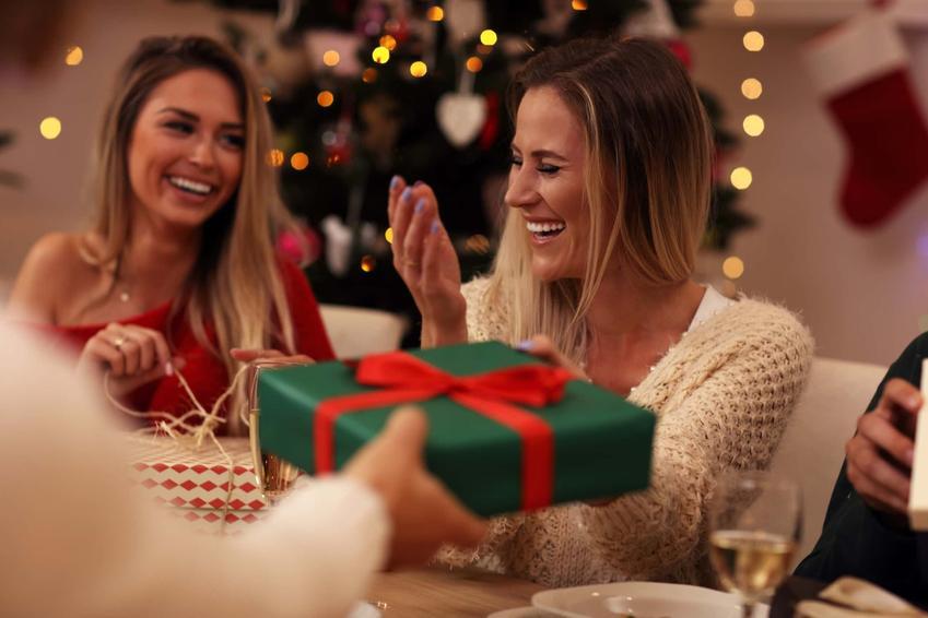 Bliscy składają sobie życzenia i rozdają prezenty, miła świąteczna atmosfera, życzenia świąteczne na sms