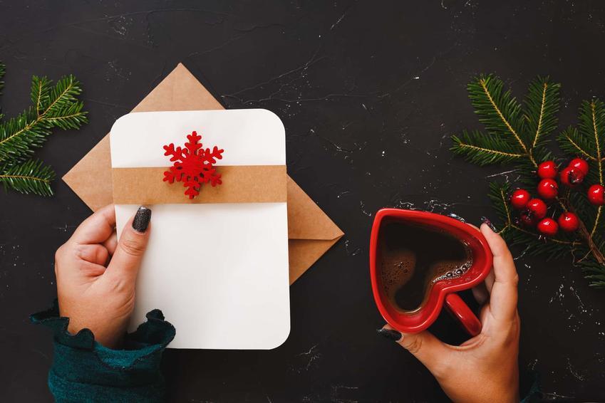 Kartka świąteczka i kubek w kształcie serca, jakie życzenia świąteczne ucieszą bliską osobę, popularne życzenia świąteczne