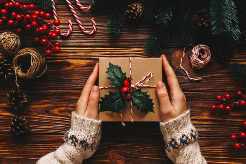 Prezent trzymany w dłoniach, ekologiczne pakowanie prezentów, jak ładnie zapakować prezent