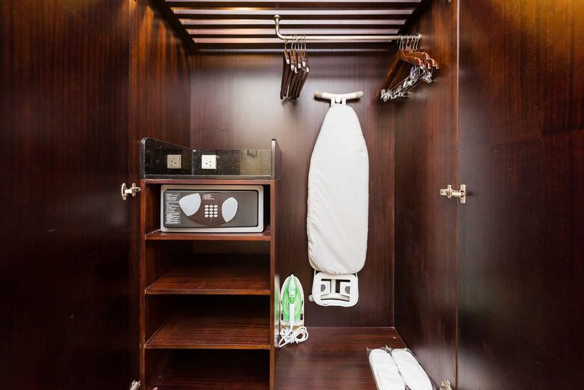 Wieszak na deskę do prasowania to mało popularne roziwązanie, ale niezwykle praktyczne. Wieszaki niektórych marek nadają się do zamontowania na ściane czy na przykład w szafie.