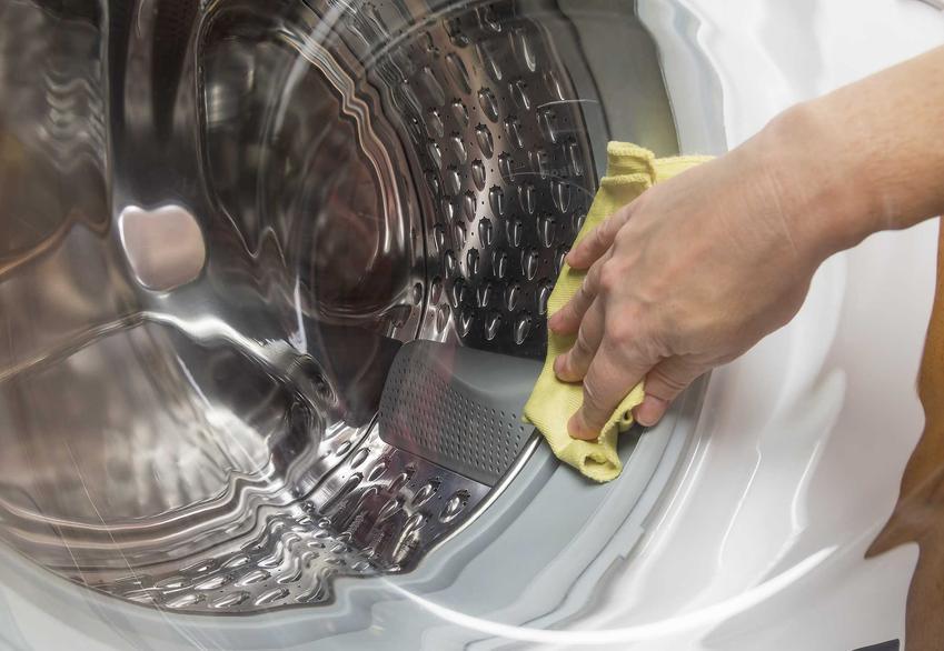 Czyszczenie pralki octem to świetny sposób na oczyszczenie jej elementów gumowych i zewnętrznych. Usuwa nieprzyjemny zapach, zabija bakterie i pomoga pozbyć się zabrudzeń i osadu
