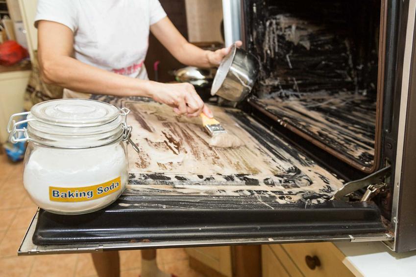 Czyszczenie piekarnika sodą to jeden z najprostszych sposobów na wszystkie zabrudzenia, zwłaszcza na przypalony i zaschnięty tłuszcz. Domowe sposoby są bardzo skuteczne.