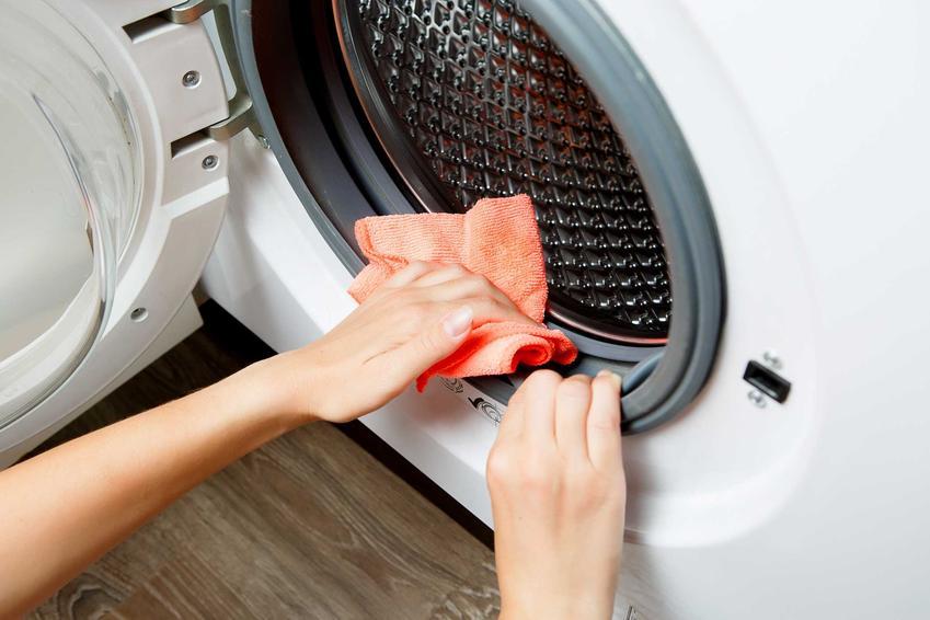 Czyszczenie pralki octem to dobry sposób na usunięcie wszystkich zabrudzeń miękką ściereczką z uszczelek, pod którymi zbiera się osad z proszku i zabrudzenia.