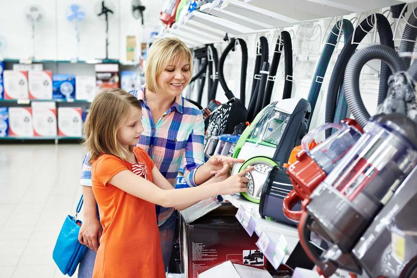 Tanie odkurzacze można kupić tak naprawdę w każdym sklepie AGD i markecie. Często są równie skuteczne, jak te droższe