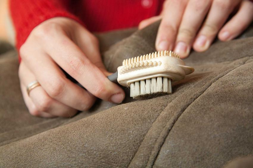 Czyszczenie zamszu jest nieco skomplikowane. Czyszczenie ubrań i butów z zamszu wymaga stosowania specjalnych szczoteczek.