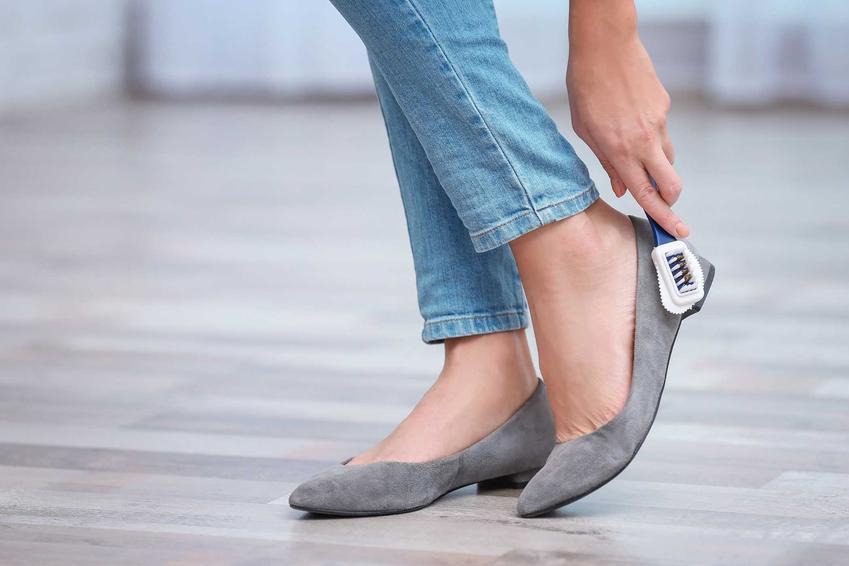 Czyszczenie butów z zamszu nie jest proste, ale domowe sposoby bardzo dobrze działają. Możesz także zastosować specjalne do tego środki.