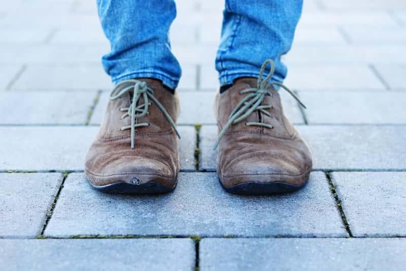 Jak i czym wyczyścić zamszowe buty? Nie jest to proste, ponieważ woda im szkodzi, potrzeba delikatnej szczoteczki lub ściereczki.