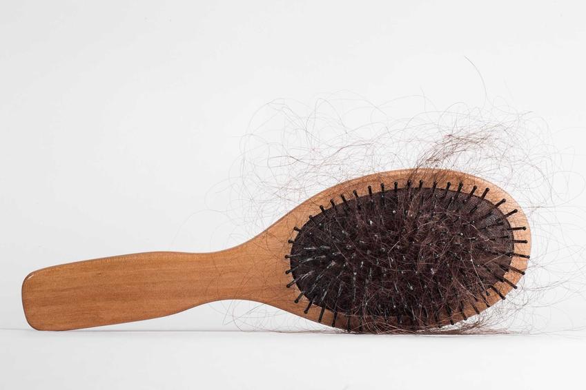 Czyszczenie szczotki do włosów nie jest wymagające. Tak naprawdę wystarczy ją dobrze zdezynfekować i usunąć wszystkie pozostające na niej włosy.