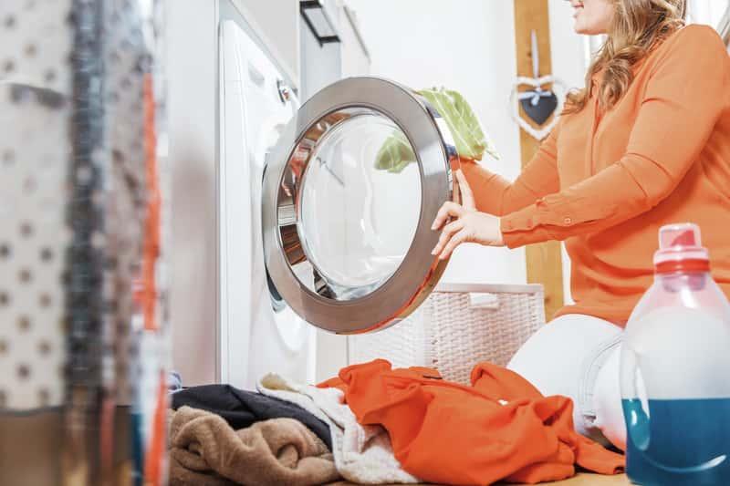 Środek do czyszczenia pralki warto dodawać do prania, by ochronić filtr i elementy pralki, by długo działała bez problemu