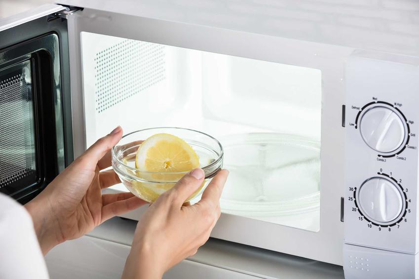 Najlepsze sposoby na wyczyszczenie mikrofalówki polegają na zastosowaniu rzeczy, które każdy ma w domu. Dobrze sprawdza się woda z cytryną czy octem.