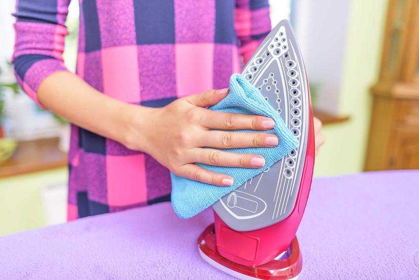 Czyszczenie stopy żelazka należy przeprowadzać miękką szmatką. Czyszczenie żelazka z kamienia trzeba robić regularnie