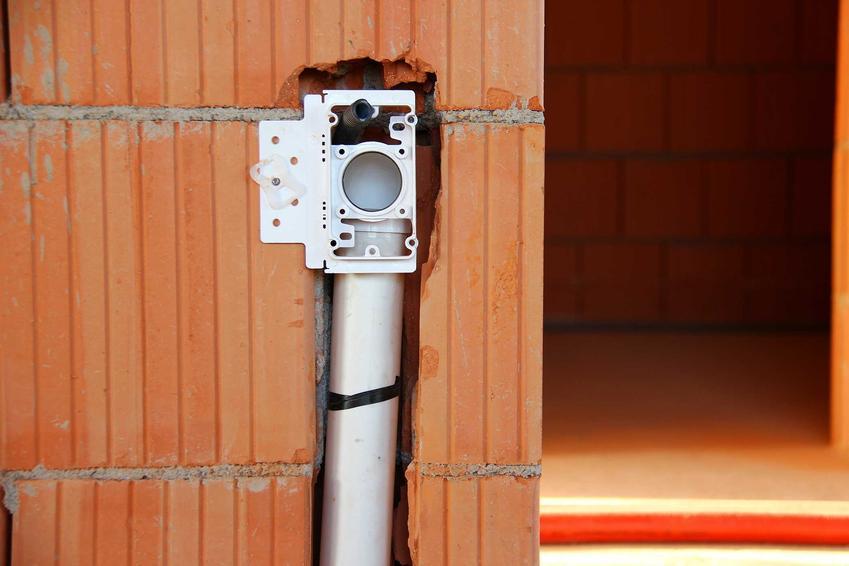 Gniazdo odkurzacza centralnego montuje się w ścianie. Schemat instalacji nie jest zbyt skomplikowany, ale ceny bywają wysokie.