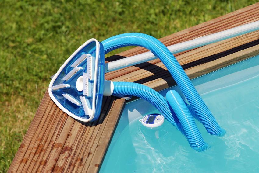 Odkurzacze do basenu mają różne rodzaje - mogą być przewodowe lub bezprzewodowe. Bardzo dobre opinie mają te z drobnymi filtrami