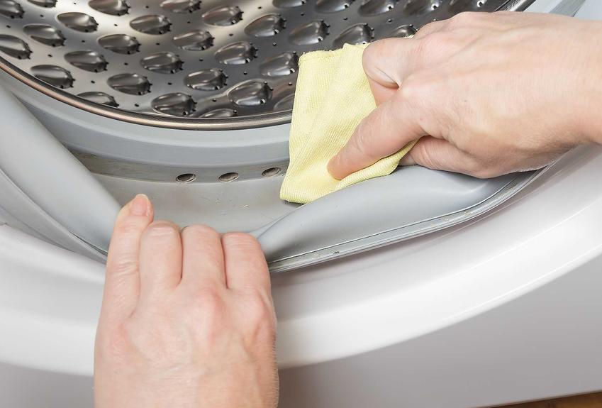 Czyszczenie pralki za pomocą octu i ściereczki to najlepszy sposób na utrzymanie pralki w czystości domowymi sposobami. Metoda sprawdza się lepiej niż większość chemicznych.