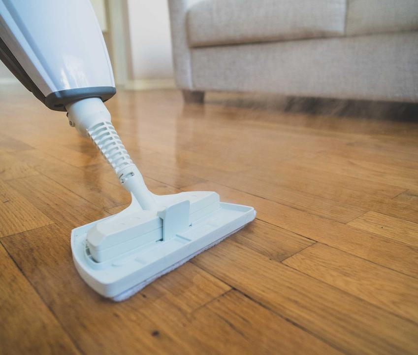Odkurzacz myjący podłogi to przydatne urządzenie. Dobrze sprawdza się zwłaszcza na płytkach, nie zawsze można używać go na drewnie lub panelach.