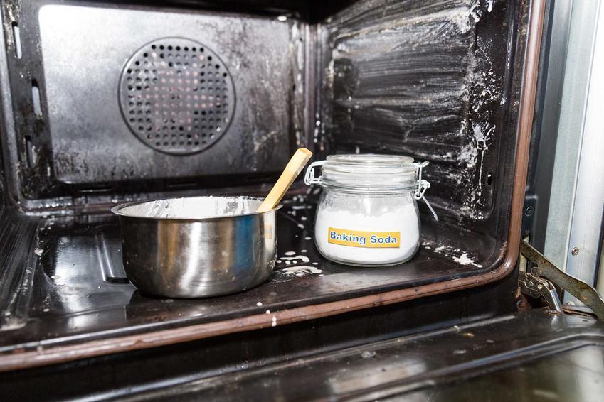 Czyszczenie piekarnika z termoobiegiem można wykonać za pomocą sody oczyszczonej i octu. Domowe sposoby są bardzo skuteczne, warto je więc wypróbować.